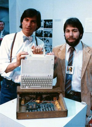 Jobs en Wozniak op de foto met een Apple computer.